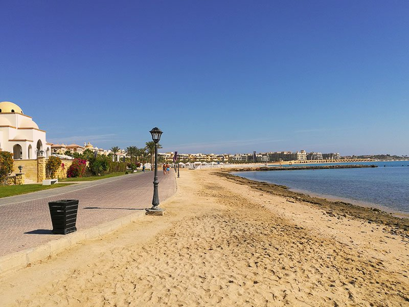 A beautifull Sahl Hasheesh promenade is located by the sea.