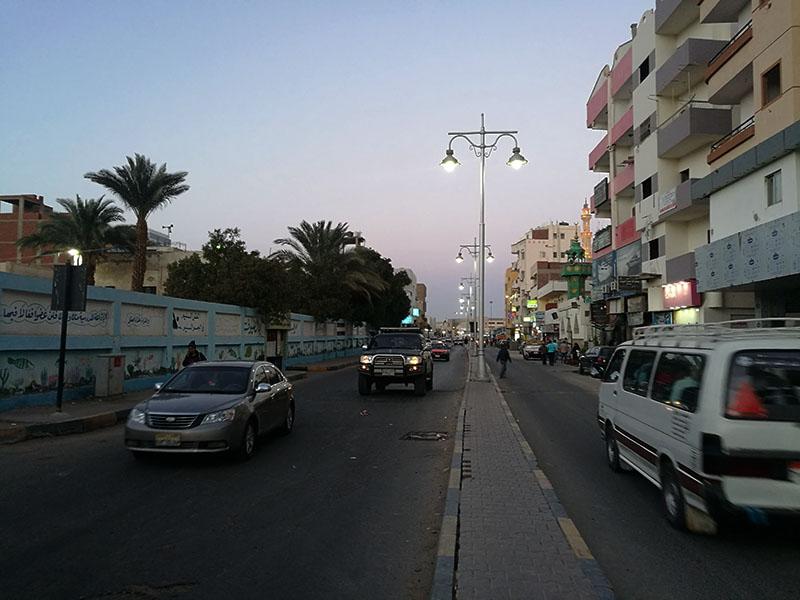 Het verkeer in Egypte is gek en het oversteken van de weg is soms erg moeilijk